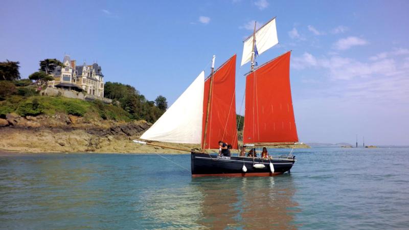 Un voilier au large de la côte bretonne