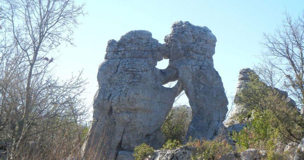 Le rocher de l'ours qui embrasse le lion au bois de païolive