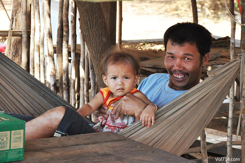 famille sur la route au Cambodge