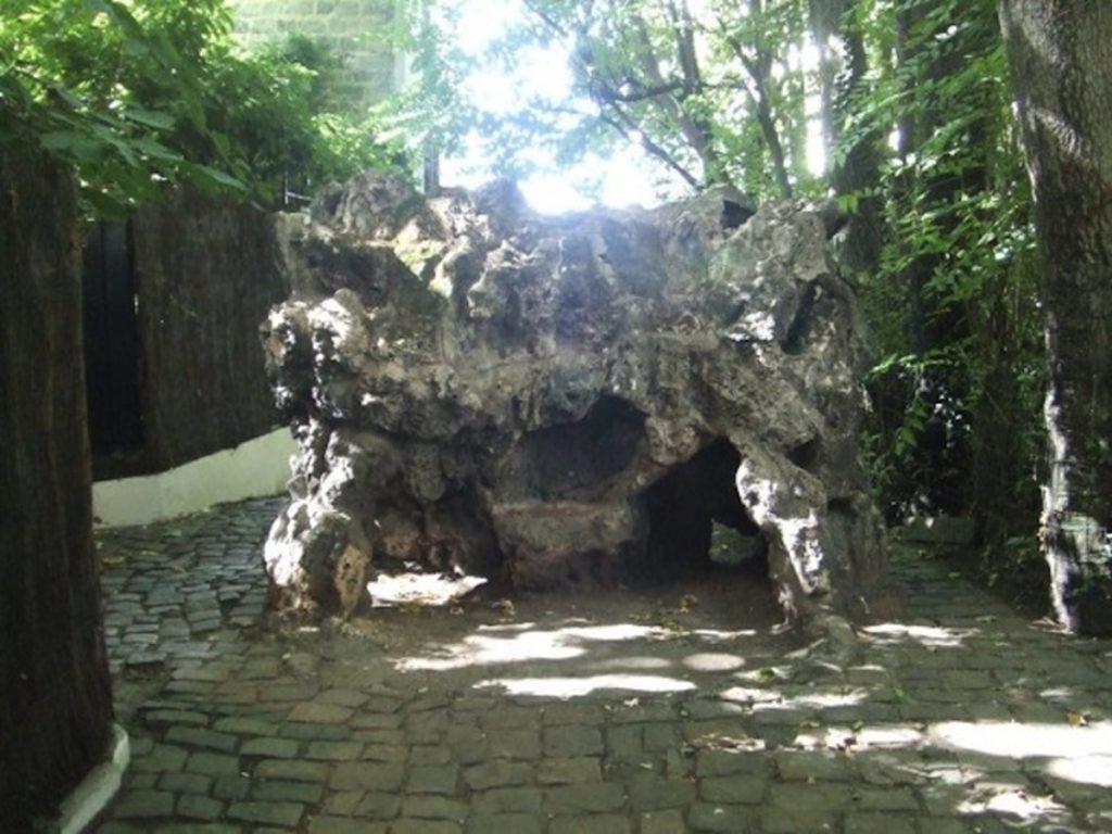 rocher de la sorcière à Montmartre